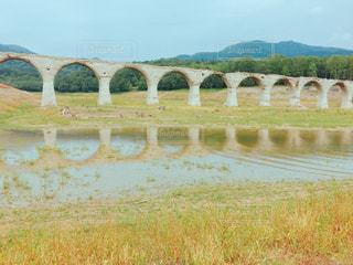 水の体の上の橋の写真・画像素材[914532]