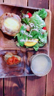 木製のテーブルの上に食べ物 - No.1084643