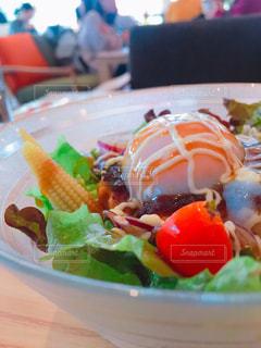 テーブルの上に食べ物のプレート - No.1085797