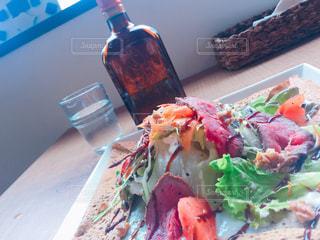 テーブルの上に食べ物のプレート - No.1085808
