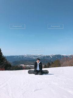煙る山頂の雪をスノーボードに乗る男 - No.1105373