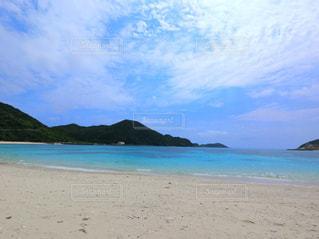 水の体の横にあるビーチ - No.1105398