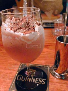 テーブルの上のビールのグラスの写真・画像素材[1449219]