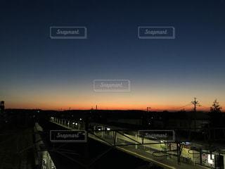 黄昏時の線路の写真・画像素材[956576]