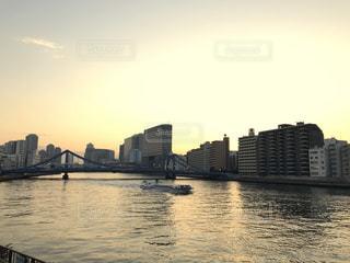 バック グラウンドで市と水の大きな体の写真・画像素材[982000]