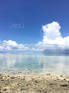 水の体の横にある砂浜のビーチ - No.927033