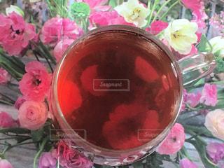 近くにピンクの花鍋のアップの写真・画像素材[1038862]