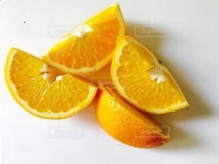 オレンジのスライスを半分にスライスの写真・画像素材[1056240]
