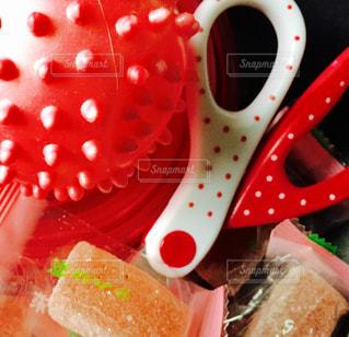 近くに赤いトレイの上に食べ物のアップの写真・画像素材[1068460]