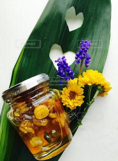 テーブルの花のアップの写真・画像素材[1113444]