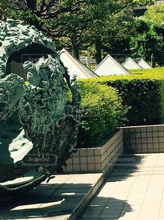 庭で人の像の写真・画像素材[1162967]