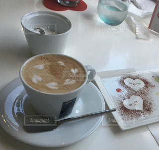 テーブルの上のコーヒー カップの写真・画像素材[1445772]
