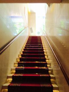 屋内,階段,カラフル,未来,レッド,ライフスタイル,絨毯,ポジティブ,ゴールド,ウォール,日中,フォトジェニック,インスタ映え