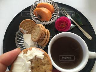 食品とコーヒーのカップのプレートの写真・画像素材[1646382]