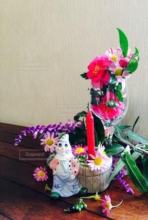 テーブルの上に花瓶の花の花束の写真・画像素材[1685773]