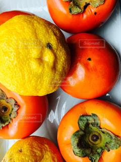 食べ物,屋内,黄色,ゆず,オレンジ,フルーツ,果物,果実,イエロー,新鮮,色,柿,ライフスタイル,食材,フォトジェニック,インスタ映え,フレッシュフルーツ,多色,写っているもの