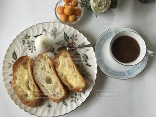 テーブルの上の食べ物の皿の写真・画像素材[2504290]