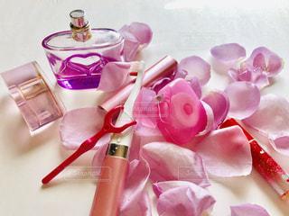 テーブルの上のピンクの花のクローズアップの写真・画像素材[2733372]