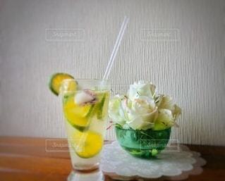 テーブルの上に座る花で満たされた花瓶の写真・画像素材[3531510]