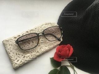 テーブルの上に薔薇とサングラスの写真・画像素材[3644979]