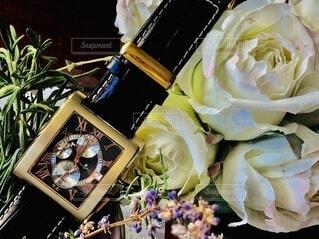 腕時計と花のクローズアップの写真・画像素材[3813184]