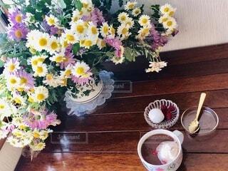 カフェ,花,屋内,花束,カラフル,花瓶,テーブル,植木鉢,リラックス,ティータイム,たくさん,おうちカフェ,ドリンク,木目,アフタヌーンティー,マシュマロ,おうち,ライフスタイル,花柄,ラズベリー,草木,ひととき,ティースプーン,おうち時間