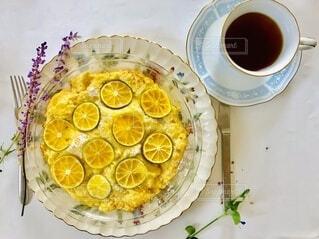 食べ物の皿とコーヒー1杯の写真・画像素材[4295267]
