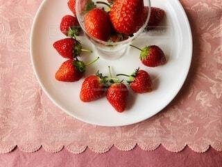 皿の上に果物のボウルの写真・画像素材[4330866]