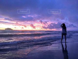 日没の前に立っている男の写真・画像素材[922738]
