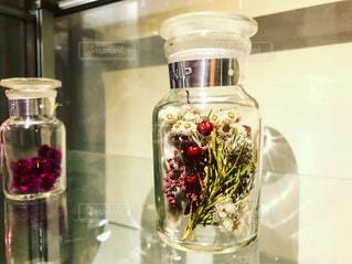 テーブルの上のガラス瓶の写真・画像素材[935389]
