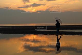 水の体に沈む夕日の写真・画像素材[971004]