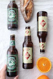テーブルの上のビールボトル ブルックリンブルワリーの写真・画像素材[2827929]
