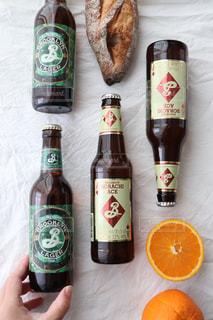 テーブルの上のビールのボトル クラフトビールの写真・画像素材[2827930]