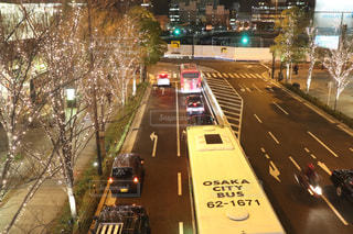 風景,夜,屋外,車,道路,都会,ライトアップ,道,バス,明るい,通り,交通,車両,夜散歩,シャンパンゴールド