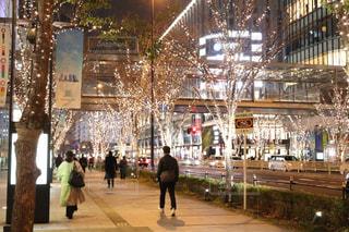 男性,風景,建物,夜,屋外,樹木,都会,ライトアップ,道,人,歩道,明るい,デート,通り,夜散歩,シャンパンゴールド