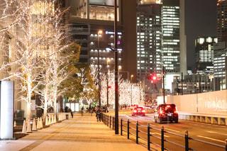 建物,夜,夜景,屋外,車,樹木,イルミネーション,都会,ライトアップ,道,高層ビル,歩道,明るい,通り,ダウンタウン,車両,ブレーキランプ,シャンパンゴールド