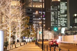 建物,夜,夜景,屋外,車,樹木,イルミネーション,都会,ライトアップ,道,明るい,通り,ダウンタウン,ブレーキランプ,シャンパンゴールド