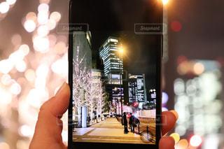 3人,建物,夜景,ビル,屋外,ぼかし,手持ち,イルミネーション,都会,ライトアップ,高層ビル,スマートフォン,明るい,通り,携帯,外灯,丸ボケ,シャンパンゴールド