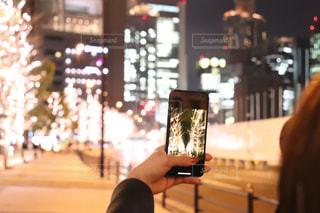女性,夜,夜景,ビル,大阪,道路,撮影,手持ち,イルミネーション,ライトアップ,人,スマートフォン,明るい,夜散歩