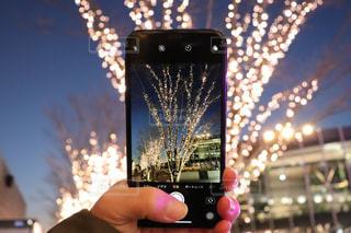 夜景,夕焼け,夕暮れ,手,撮影,イルミネーション,ライトアップ,人,明るい,グラデーション,携帯電話,グラテーション,持株,シャンパンゴールド,夜景撮影