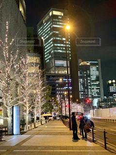 空,建物,夜,屋外,大阪,樹木,イルミネーション,都会,ライトアップ,道,高層ビル,歩道,明るい,通り,ダウンタウン,シャンパンゴールド