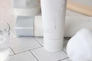 白,シンプル,デザイン,泡,ホワイト,シャンプー,ヘアカラー,スキンケア,泡洗顔,プロップスタイリング,洗顔料,配置,エイジングケア,カラーコーディネート,オルビス,ホームケア,素敵な生活