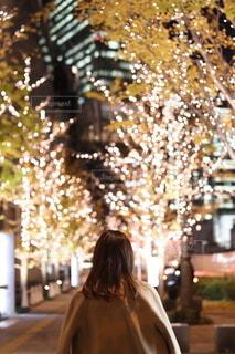 女性,風景,空,冬,カメラ,ビル,屋外,大阪,カラフル,夕焼け,夕暮れ,アート,都市,撮影,手持ち,樹木,イルミネーション,ライトアップ,人,クリスマス,梅田,装飾,グランフロント,ビル群,12月,三脚,クリスマスイルミネーション,持株,人間の顔