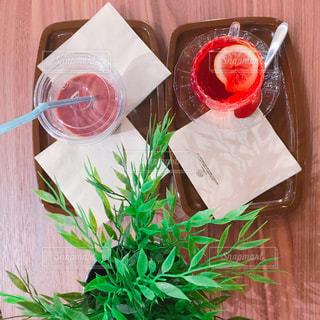赤花でいっぱいのボウルの写真・画像素材[927396]