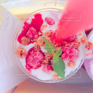 皿の上のケーキのスライスの写真・画像素材[927399]