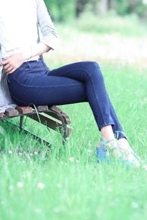 公園のベンチに座る女性の写真・画像素材[1282553]