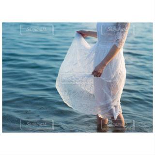 白レースワンピの女性と海の写真・画像素材[1430701]