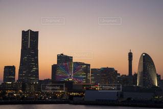 風景,空,建物,夕日,屋外,きれい,夕焼け,水面,夕方,都会,ライトアップ,高層ビル,日本,横浜,みなとみらい,大桟橋,ランドマーク,ビル群,みなとみらい21,夕日がキレイ