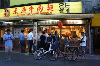 店の前に立っている人々 のグループ - No.925165