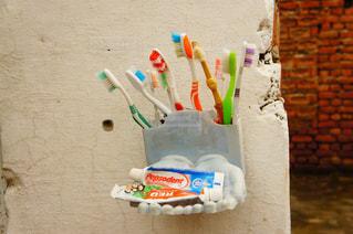 歯ブラシはテーブルに座っています。の写真・画像素材[925546]
